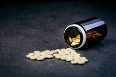 Медицины, дополнения в стеклянной бутылке Пилюльки разливая вне от стеклянной бутылки Предпосылка Medicineфармация Стоковое Изображение RF