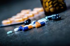 Медицины, дополнения в стеклянной бутылке Пилюльки разливая вне от стеклянной бутылки Предпосылка Medicineфармация Стоковые Изображения RF