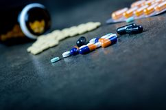 Медицины, дополнения в стеклянной бутылке Пилюльки разливая вне от стеклянной бутылки Предпосылка Medicineфармация Стоковые Фотографии RF