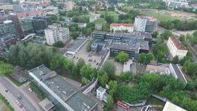 Медленная посадка над домами в городе видеоматериал