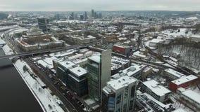 Медленная посадка над домами около реки в зиме города акции видеоматериалы
