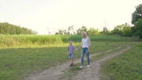 медленная прогулка 4K матери и ребенка видеоматериал