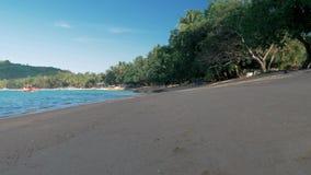 Медленная скользя съемка steadicam песчаного пляжа на заходе солнца Ландшафт океана сценарный r видеоматериал