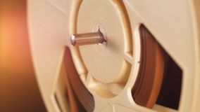 Медленное вращение катушкы магнитофона видеоматериал