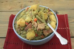 Медленные сваренные картошки, зеленые фасоли, ветчина, тушёное мясо стоковые фотографии rf