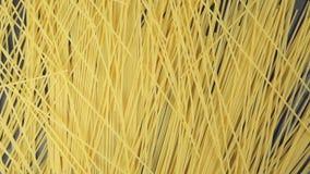 МЕДЛЕННЫЙ: Много из спагетти падают на черную таблицу (взгляд сверху) сток-видео