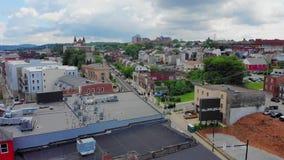 Медленный обратный воздушный нажим устанавливая съемку Lawrenceville Пенсильвании сток-видео