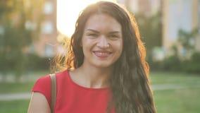 Медленный портрет счастливой красивой женщины, улыбающейся в парке Серия реальных людей акции видеоматериалы