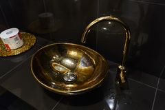 Медная раковина в кафе в туалете Стоковое Фото
