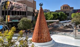 Медная рождественская елка в центре города Феникса, AZ стоковые фотографии rf