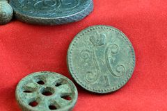 Медная старая русская монетка и круглое колесо на красной предпосылке, объекты XVIII века Стоковые Изображения RF
