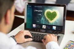 медовый месяц планирования бизнесмена с компьютером Стоковая Фотография