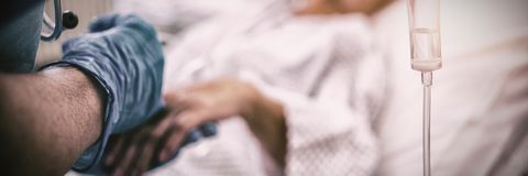 Медсестра давая впрыску к пациенту стоковое изображение rf