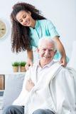 Медсестра поддерживая больной старика стоковые изображения rf