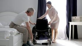 Медсестра раскрывает занавес пока старший мужской пациент спит в кровати акции видеоматериалы