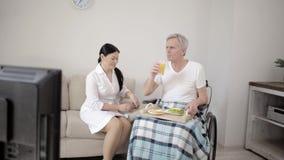 Медсестра смотря после неработающего человека сток-видео