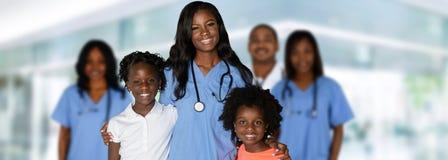 Медсестра с детьми на больнице стоковое изображение