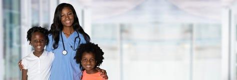 Медсестра с детьми на больнице стоковое изображение rf