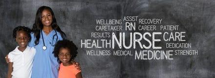 Медсестра с детьми на больнице стоковые изображения