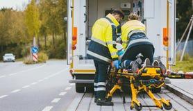 Медсотрудник на растяжителе воюя на всю жизнь раненой женщины Стоковое Фото