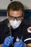 Медсотрудник intubating Стоковые Фото
