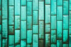 Мед-зеленый обшивать здания Старый металл grunge кроет стену черепицей Почищенная щеткой деревенская предпосылка текстуры листа п Стоковые Изображения