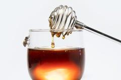 Мед и ручка меда на белой предпосылке стоковая фотография