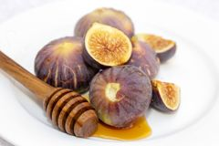 Мед и смоквы на плите Стоковая Фотография RF