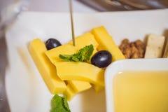 Мед и сыры на белой плите, еда стоковое изображение rf