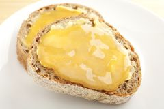 Мед на хлебе Wholemeal стоковая фотография rf
