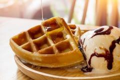Мед полил в waffles мороженое Стоковое Изображение RF