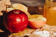 Мед с деревянной салфеткой бумаги ковша меда и плоды на конце деревянного стола вверх стоковое фото