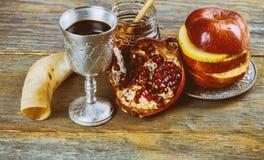 Мед, яблоко и гранатовое дерево для традиционного шофара праздника jewesh hashanah rosh символов праздника на столешнице стоковые фото