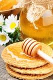 мед drizzler waffles деревянно стоковые изображения rf