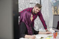 Международная многокультурная команда на работе: азиатская мусульманская женщина и кавказский человек стоковые изображения rf