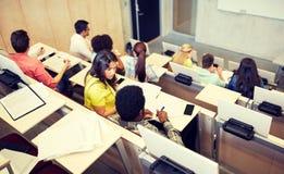 Международные студенты на лекционном зале университета стоковое фото