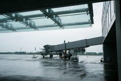 Международный аэропорт Borispol 15-ое мая 2014 Украины: Новый стержень для отклонения воздушных судн Самолет подготавливается для стоковое изображение