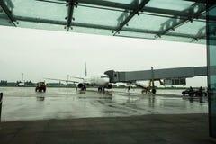 Международный аэропорт Borispol 15-ое мая 2014 Украины: Новый стержень для отклонения воздушных судн Самолет подготавливается для стоковое фото rf