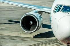 Международный аэропорт Frederic Chopin, Варшава Двигатель и крыло самолета пассажира Стоковые Фото