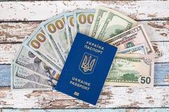 Международный биометрический украинский пасспорт с долларами США верхним v Стоковое Изображение RF