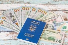 Международный биометрический украинский пасспорт с долларами США Стоковое фото RF