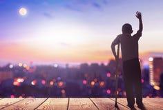 Международный день людей с силуэтом š ¼ conceptï инвалидности неработающее положение человека на предпосылке города горы стоковые фото