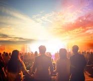 Международный день мира: Силуэт человека поднял руки на предпосылке луга захода солнца осени стоковые изображения rf