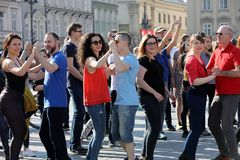 Международный день Flashmob Rueda de Казино, 57 стран, 160 городов Нескольк 100 людей танцуют испанские ритмы на Mai Стоковое Изображение RF