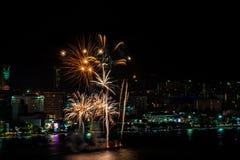 Международный фестиваль фейерверков над городом и пляжем Паттайя Стоковые Фотографии RF