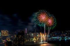 Международный фестиваль фейерверков над городом и пляжем Паттайя Стоковая Фотография RF