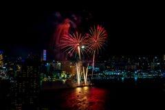 Международный фестиваль фейерверков над городом и пляжем Паттайя Стоковые Изображения RF