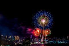 Международный фестиваль фейерверков над городом и пляжем Паттайя Стоковое Изображение