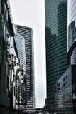 Между стеклянными зданиями, стеклянные джунгли стоковое изображение rf