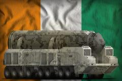 Межконтинентальная баллистическая ракета с камуфлированием города на предпосылке национального флага Коута d Ivoire иллюстрация 3 иллюстрация штока
